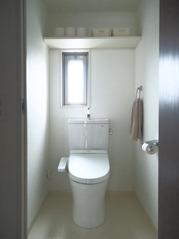 トイレも湿気がこもりがちです。こまめな掃除や換気はもちろん、一番のポイントはなるべく物を置かない事。特に床に何かを置くと通気の妨げになり、それがカビの原因になってしまいます。
