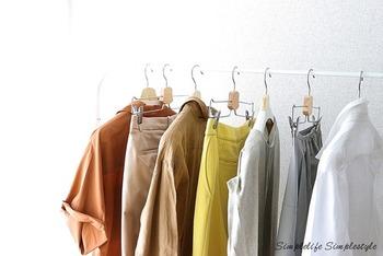 クローゼットの湿気対策は、衣類をきちんと乾かしてから収納する、そして、詰め込み過ぎない事がポイントです。とはいえ、空気自体が湿っている時期は、除湿剤を併用してみましょう。