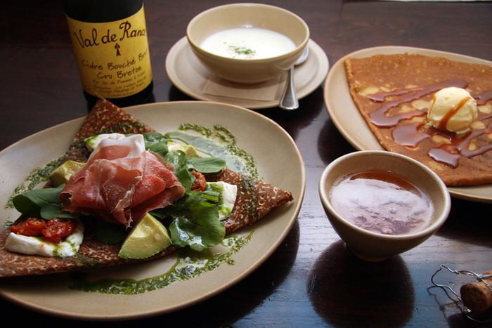 そば粉を使ったクレープ「ガレット」はお食事系、小麦粉の「クレープ」はスイーツ系だそうですよ。発泡酒シードルを合わせるのがブルターニュ流です。平日のランチは、食事のガレット・スープかサラダ・デザートのクレープ・ドリンクがセットになっていてお得です。