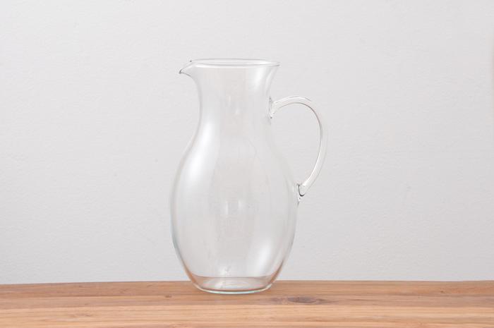 「BOHEMIA Crystal(ボヘミアクリスタル)」はチェコのガラス製品ブランド。美しい曲線が魅力的なジャグは、デトックスウォーターやアイスティーを入れても素敵。カフェのようなおしゃれっぽさが演出できます。