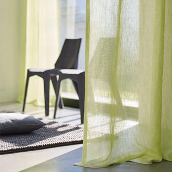 カーテンにはさまざまな役割があります。プライバシーを守ったり、光の量を調整したり、断熱効果を高めてエアコン効率をよくしたり。インテリアの要素としても、お部屋の雰囲気作りに大きく影響します。 また、お部屋の環境や目的に沿うよう機能を追加したものもあります。光を通さない遮光機能や、外から室内が見えにくくUVカットをしてくれるミラーレース機能、消防法に適合した燃え広がりにくい防炎機能などです。
