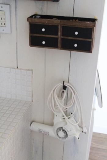 意外と困るのがドライヤーの収納場所。洗面所の壁面にフックを取り付け、ドライヤーを掛けて収納しちゃいます。
