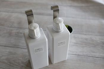 シャンプーなどのボトルの首部分に取り付け、ボトル類を掛けて収納できる優れものなんです!