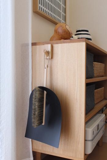 気になった時にすぐお掃除できるよう、おしゃれなほうき&ちりとりを見せる収納に。