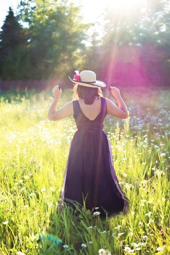 憎らしい紫外線ですが、帽子やストールを使ったおしゃれはいつもと違う楽しさがありますよね♪日焼け止めはこれでもかというくらいこまめに塗って損はありませんし、美白アイテムやビタミンドリンクや果物などで上手に紫外線対策しちゃいましょう。紫外線を制する者こそ、夏コーデを満喫できます!