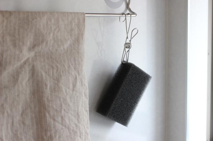 シンクのスポンジラックを撤去し、無印のフック付きクリップで挟んで、タオルバーにひっかける方式に。スポンジが乾きやすいですし、シンクをすっきりと保つことができます。