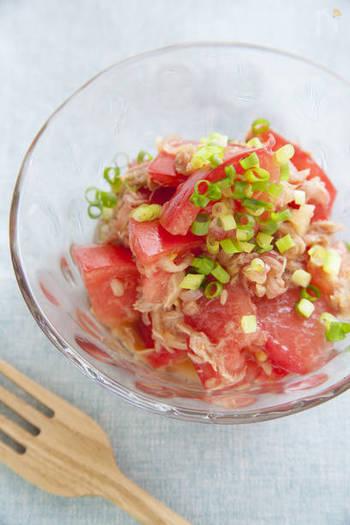 栄養たっぷりのトマトはそのままでもおいしいですが、ツナを加えてコクをプラスし、みょうがとすし酢でさっぱりと和え物に。ガラスの器に盛り付ければ、見た目も涼しげです。