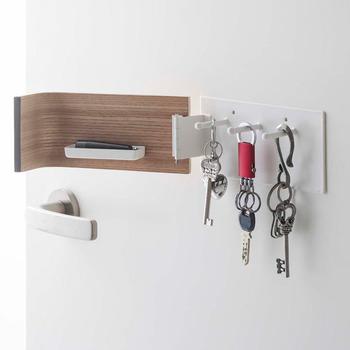 付属のネジで壁付けもできます。玄関の壁につけることで鍵の持ち忘れも防止できます。