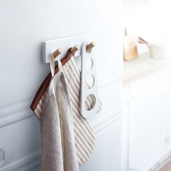 スチール製の白の本体に、天然木のフック部分がナチュラルな雰囲気。無機質になりがちなキッチンも温かい印象にしてくれます。
