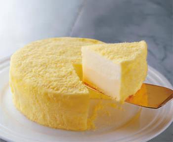 このチーズケーキに恋した人も多いはず。今ではおなじみのルタオのドゥーブルフロマージュ。ダブルチーズとして、イタリア産のマスカルポーネとオーストラリア産のクリームチーズを使用した2層仕立てになっています。
