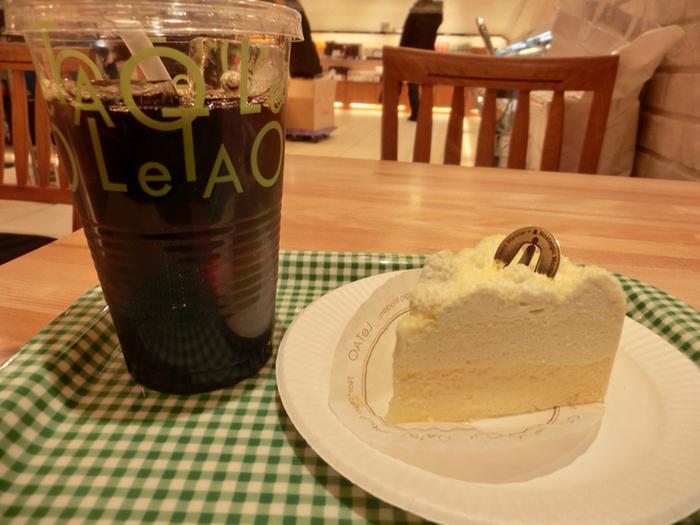 北海道産の小麦粉と生クリームととても相性がよく、とろりなめらかな半生な食感が魅力。半解凍にしていただくとアイスクリームのような食感が楽しめるのでお勧め。一度は食べておきたい定番チーズケーキ。