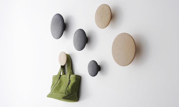 思わずさわってみたくなる、やわらかなオーク材のラウンドフォルム。掛ける衣服を傷めない丸い形状と、意のままに壁に配置できるコンセプトが特徴です。物を掛けずに、オブジェとしてフックのデザインそのものを楽しむこともできます。