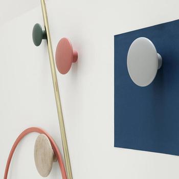 壁にランダムに取り付けるだけでおしゃれ感がぐんとアップするコートフック。複数個取り付けるとより素敵な空間に。