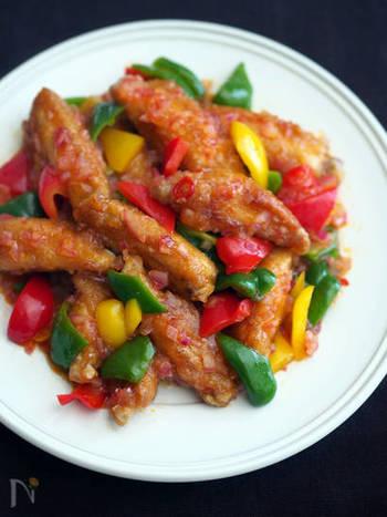 ピクルス液を活用した手羽中と彩野菜を使った辛味鶏のレシピは、白いごはんもお酒もすすむ一品です。甘酸っぱさがクセになりそう!