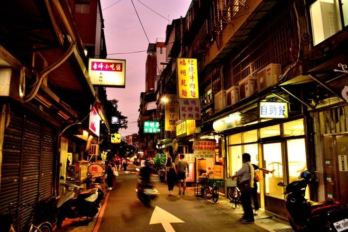 東京からのフライト時間はおおよそ4時間30分程、時差は1時間のため、1泊2日という短い時間でも旅行しやすい「台湾」。活気のある市場を巡りローカルな雰囲気を楽しんだり、夏だからこそ味わえる新鮮な南国フルーツを堪能するなど、見どころもたくさんありますよ♪