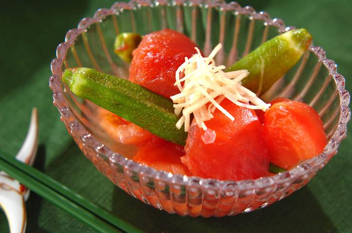 だしをひと煮立ちさせて、火を止めてからトマトとオクラを入れて漬け込み、冷やします。トマトやオクラのおいしさや食感がそのまま楽しめるお料理です。