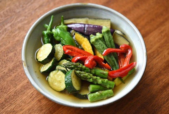 オクラは、ガクを取るなどの下処理をして、そのまま揚げることもできます。揚げ時間は1分程度。他の夏野菜とともに揚げて、熱いうちにだしに浸します。すぐに食べられますが、冷蔵庫で味がなじむまで冷やすのがおすすめ。
