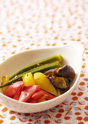 オクラは、和風だけでなく、洋風やエスニックの味付けもよくなじみます。写真は、ヘルシーなインド風の野菜の蒸し煮、サブジ。オクラなどたっぷりの野菜に、スパイシーなクミンシードやカレーが香ります。