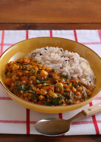 夏にぴったりのキーマカレーを、栄養価の高いモロヘイヤ入りで。ひよこ豆も加わって、たんぱく質・ビタミンなど豊富な体にやさしいメニューになります。