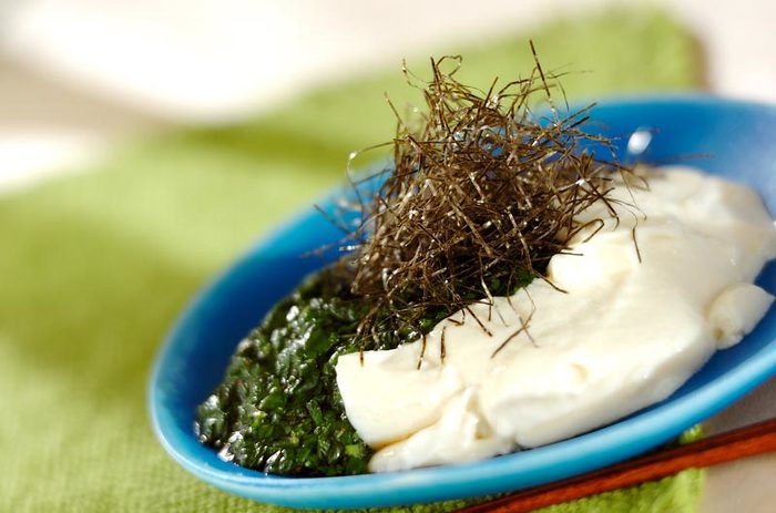 モロヘイヤはには、ビタミンCをはじめ、ビタミンE・A・B群などもがバランスよく含まれ、カルシウムも豊富。野菜の王様ともいわれます。また、たたくと粘りが出るのも特徴。たっぷりと食べたいヘルシー野菜です。
