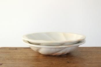 吸水性のある陶器は、使う前にさっと水にくぐらせてから使うようにすると、染みやにおいがつきにくくなります。きれいな濡れ布巾で表面を拭くだけでも効果があります。