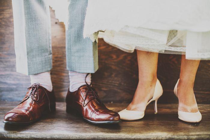 できるだけ足と垂直にカメラを構えて撮影。足のポーズにちょっと遊びを持たせてもいいですね。新郎の大好きなミニカーや新婦のお気に入りの小さな小物などがあればそれも一緒に置いて写しましょう。