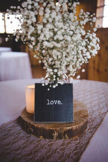 丸太の切り株の上に、大好きなお花を1種だけ。キャンドルとシンプルなメッセージを添えて飾ると、さりげなくも一途な愛を感じます。