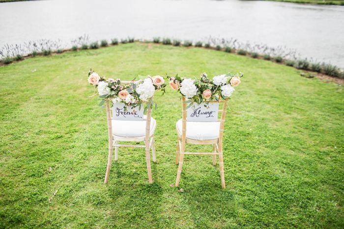お花を飾った椅子の背もたれにそっとメッセージを仕込むだけで、なんだか微笑ましい席に。