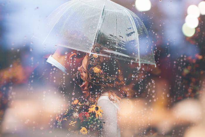 ビニール傘越しに撮影。新郎新婦が向き合って、とりとめのない話をしているところをさりげなく撮ってもらいましょう。雨粒が入るだけで幻想的だし、話している姿も自然で見ているゲストもほっこりしそう。