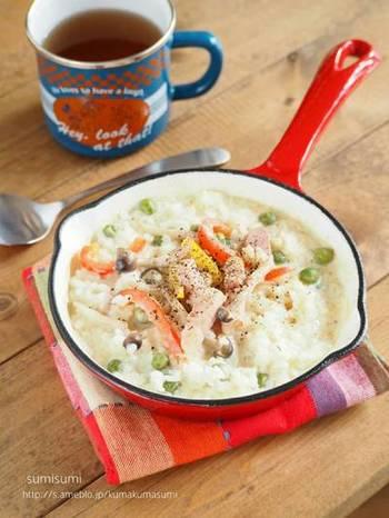 野菜、シメジ、ベーコンを入れて作る豆乳リゾットは、ヘルシーでしかもこれ1品で栄養バランスも◎気軽なおランチメニューとしてもおすすめです。