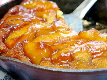 バターを入れて、リンゴを敷き詰め甘くなるまで蒸し焼きに。上からホットケーキミックスで作ったタネを流し入れるだけで、豪華なタルトタタンができあがり。