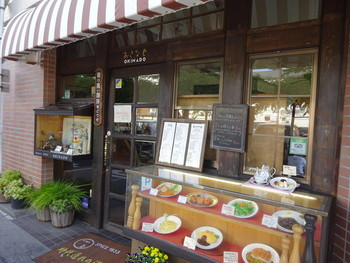 ショーケースやストライプの庇がレトロな雰囲気の店構え。昔ながらの懐かしい洋食が楽しめるお店です。