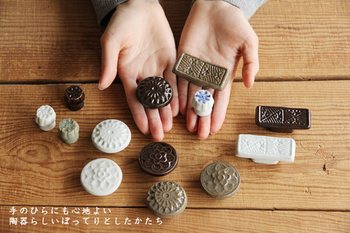 韓国では、祭祀や婚礼などに使われる「餅」に、スタンプ状の道具で文様を押すという文化があり、磁器で作られたその道具のことを「餅型」と言うのだそうです。 こちらの箸置きは、そんな李朝時代の餅型をモチーフにした「餅型箸置き」。