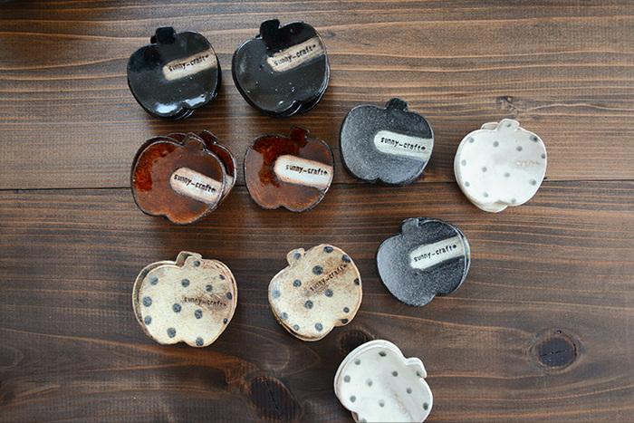 滋賀県、信楽の町で、ご夫婦一緒に器の製作をされている「sunny-craft(サニークラフト)」からは、素朴な味わいが魅力的なリンゴの箸置きをご紹介します!ひとつとして同じものが無い、まさに手作りならではのぬくもり感は、食卓にあるだけで、なんだか心癒されそう…お箸は勿論、スプーンやフォークなどのカトラリーとも相性抜群です。