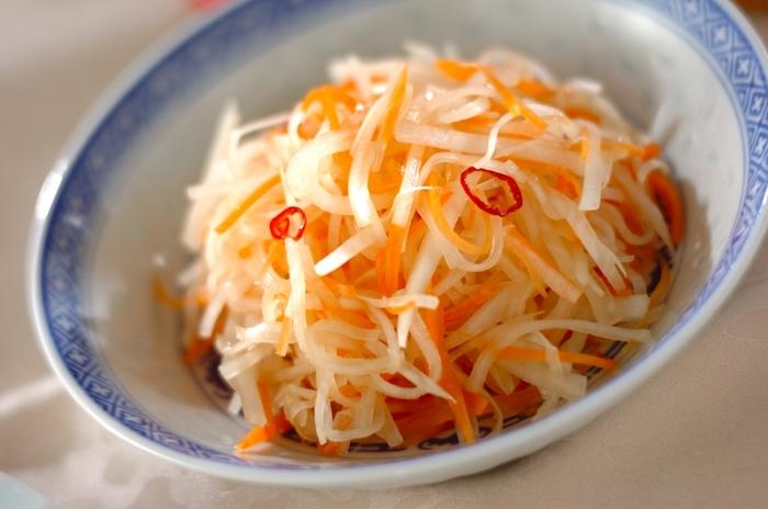 たっぷりのニンジンと大根をササっと甘酢で煮た中華なます。ゴマ油をくわえることで香ばしい風味が加わり、ビールのおつまみに最適な一品です。