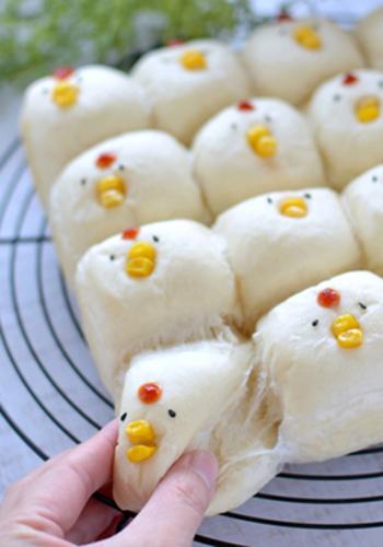 ちぎりパンににわとりの顔を付けて♪焼く途中にアルミホイルをかぶせることで、白い仕上がりになります◎
