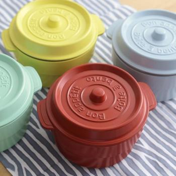 こちらは、人気のホーロー鍋のようなフォルムが愛らしいプラスチック製のお弁当箱、ココポット。中は2段になっており、カレーやシチューなどもOK。また、仕切りを取って深さを生かし、丼物などを入れるのもおすすめ。色合いもきれいでうきうきします。