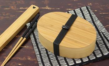 こちらは、竹製の曲げわっぱ。100年以上の歴史を誇る竹製品の老舗、京都の「公長齋小菅」のものです。竹の持つすがすがしい風合いは、温かな木とはまた違った魅力があります。ポピュラーな小判型。