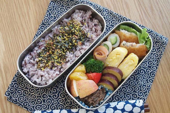 ごはん×おかず、サラダ×パスタなど、仕分けがしやすい2段重ねのステンレス弁当箱。分けることで、隣のおかずの味が移ったり、汁気で揚げ物などがべちゃっとするのを防ぐこともできます。