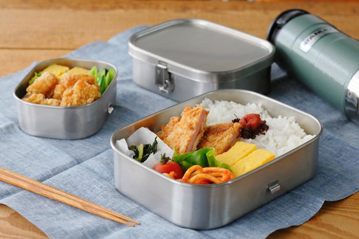 さまざまな印象を持つ、いろいろな素材のお弁当箱。その日の気分でお弁当箱を選んで、それに合うおかずをイメージしたり。また、料理に合わせて、お弁当箱をコーディネートしてみたり。素敵なお弁当箱は、毎日のお弁当ライフを楽しくアップグレードしてくれます♪