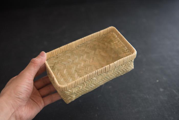 昔ながらの手法で職人さんによって編まれた篠竹の弁当かご。しなやかな弾力性をもつ篠竹だからこそ生まれる美しい編み目は、洗練された上品さを感じさせます。また、経年変化で味わいが増すのも楽しみ。通気性にも優れているので、夏場のお弁当にぴったりです。