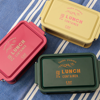 お弁当箱の中では最もポピュラーで、お値段も手頃なプラスチック製。デザインや色が豊富で、お楽しみ要素が多いのも魅力ですね。こちらは、ありそうでなかなかないシックな色合いのコンテナタイプ。