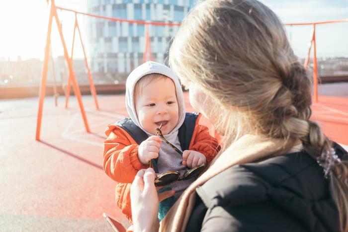 またデンマークは教育費が無料で、子育てに対する社会サービスが充実している国ですので夫婦共働きは当たり前。  働く時間も日本より短く、ワークライフバランスを重視しているため、仕事と子育てが両立しやすいのだそうです。