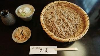 長野県辰野町小野地区に絞ったこだわりのそば粉を使用。そばの風味を強く味わえる九割そばを提供しています。