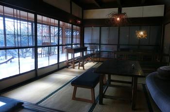店内はテーブルとイスでモダンな雰囲気。古くて新しいなんだか不思議と落ち着く空間です。店内から覗く美しい景色に、ついつい長居してしまいます。