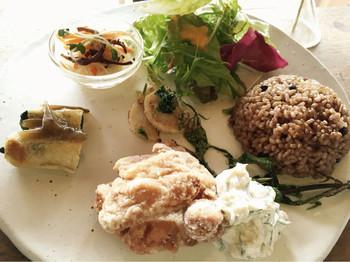 オーガニック野菜や地元の有機農家から仕入れた新鮮なお野菜が使われたランチプレート。発酵玄米で食べ応え◎。
