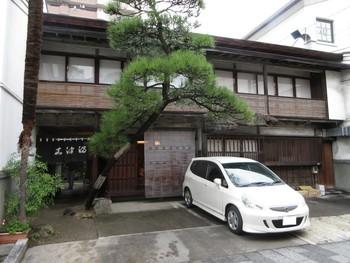 お蕎麦もいいけれど、他の和食が良いな・・・なんて時はうなぎなんていかが?純日本風の店構えのこちらは人気のうなぎ屋さん。