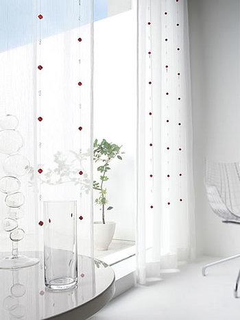 カーテンを束ねるタッセルや、カーテンの裾をたくし上げるマグネットクリップ、窓まわりをいろどるチャームなど、カーテンアクセサリーも豊富です。 タッセルはカーテンと共布のものよりも、ロープ状のものやレザー調のものなど、お部屋のイメージに合わせて選べば、窓まわりがぐっと引き締まります。