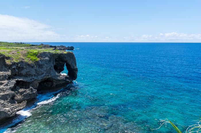 万座ビーチ近くには、沖縄本島でも指折りの景勝地、万座毛があります。ゾウの鼻のような不思議な形をした岩と、サファイヤ色に輝く青い海が織りなす景色は絶景そのものです。