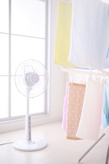 カビを防ぐには、空気の流れを止めないのがコツ。週に1度ほど、エアコンや扇風機の風を当てるのも効果的な方法です。  生乾きのニオイやカビを防ぐには、「服の繊維の奥までしっかり乾燥させること」が大切なのです。